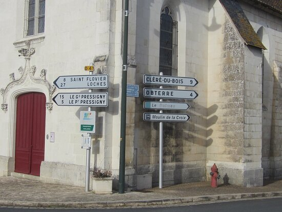 Dolmen Les Palets de Gargantua. Vue 2. Signalétique ; Accès Le Dolmen,  Direction Obterre. Charnizay 37290.