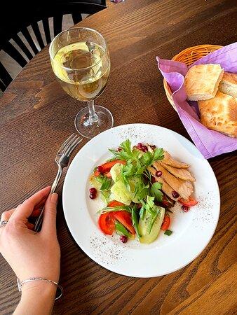 Салат Катмис из свежих овощей, зелени и ломтиков куриного филе с росспью гранатовых зерен.