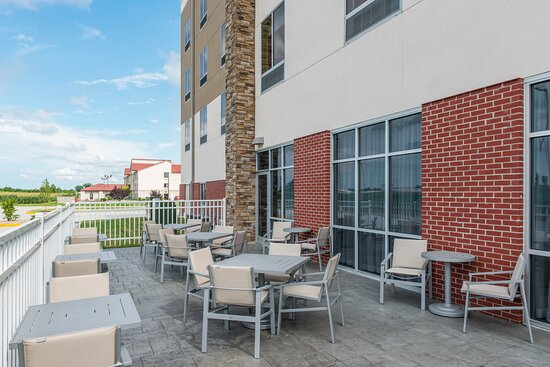Enjoy the weather on Holiday Inn Express - Troy's guest patio