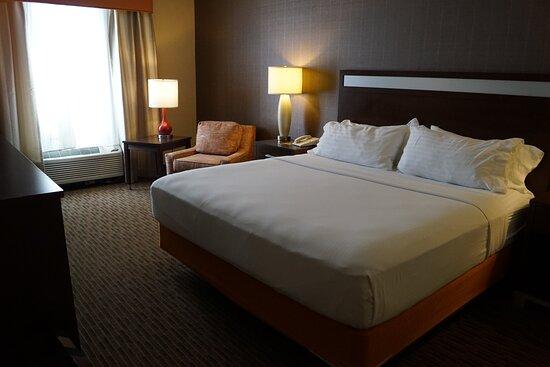 Roomy Single King Bedroom. Newly renovated. Fridge and microwave.