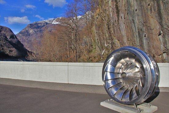 Gordola, Ελβετία: Turbina  usata all'interno della sala di manovra , atta a generare elettricità al passaggio forzata dell'acqua.