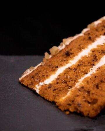 Nuestra deliciosa Tarta de Zanahoria. Tierno y esponjoso bizcocho con un relleno cremoso y ligero, perfecto para terminar cualquier cena.