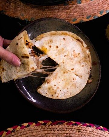 Si ya te has enamorado de nuestros Tacos al Pastor, nuestra Gringa te encantará: carne al pastor y queso fundido servido entre dos tortillas de harina.