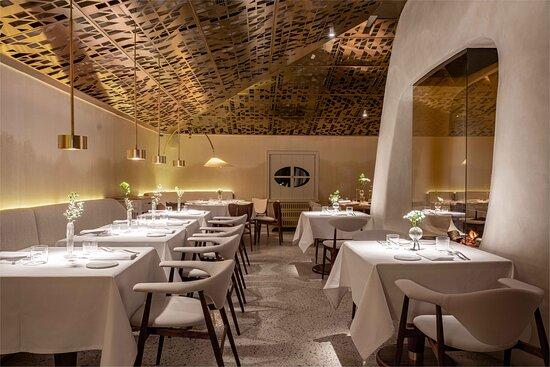 На втором этаже ресторана светло, живой камин, мансардные окна, винотека на 1600 бутылок, меню à la carte, 45 мест и много солнечного света.