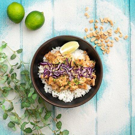 Destination ULUWATU : Poulet mariné et caramélisé servi avec une sauce onctueuse à la cacahuète, noix de coco & citronnelle râpée servi sur riz blanc jasmin, riz façon Warung ou nouilles de blé aux petits oignons.