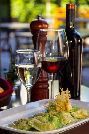 Raviolones de espinaca, ricota y provolone salteados en manteca de salvia