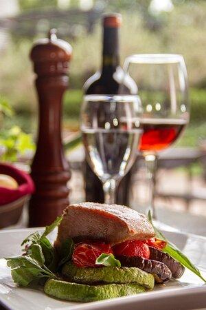 Salmón rosado con berenjenas, pimiento rojos y cebolla