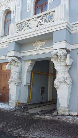 """Величественные атланты снова заняли свои места на """"посту"""" у входа в особняк Шихобаловых...:)"""