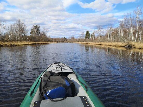 Härlig paddling längs Svartån, Örebro. Med en uppblåsbar kanot kan du ta dig till startplatsen med buss eller tåg och sedan ge dig ut på ett härligt paddeläventyr!
