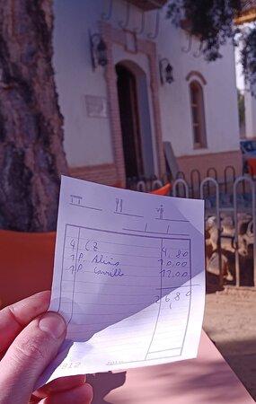 Calidad pésima y robo a mano armada  1 ración de papas aliñadas 10€ y malísima y una de carrillada pasada 12€.