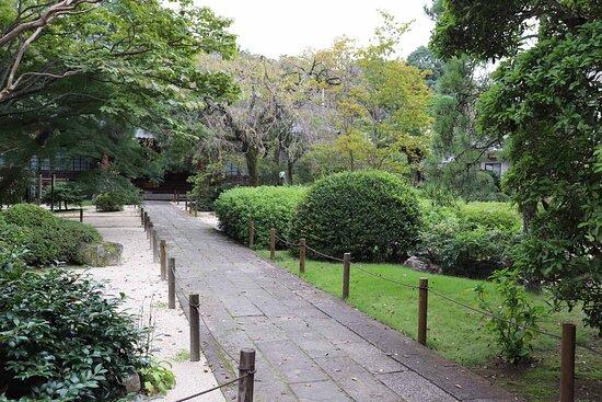 広くはありませんが素敵な庭が広がる境内2