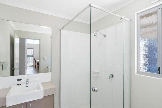 Deluxe 2 Bedroom Cabin - Sleeps 4 - Bathroom