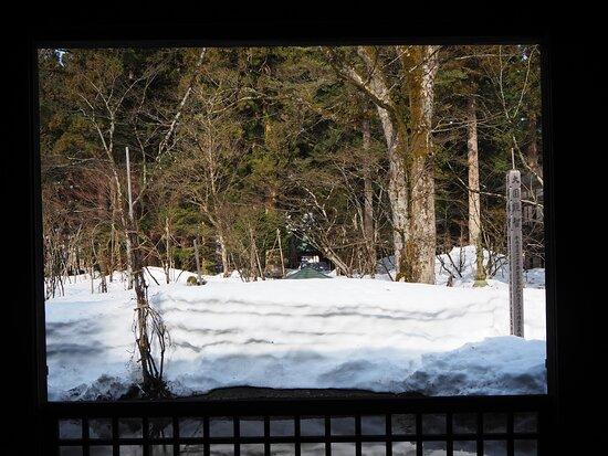 堂内から見た雪景色