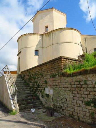 Faleria, Itálie: Esterno della chiesa: lobi occidentale e meridionale