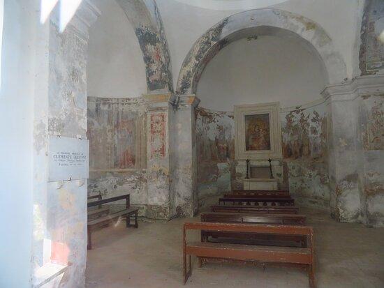 Faleria, Itálie: Interno della chiesa: davanti il lobo orientale (quello dell'altare maggiore) e a sx si intravede l'inizio del lobo occidentale
