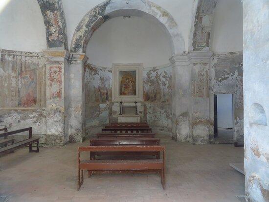 Faleria, Itálie: Interno della chiesa visto dall'entrata, che è nel lobo occidentale