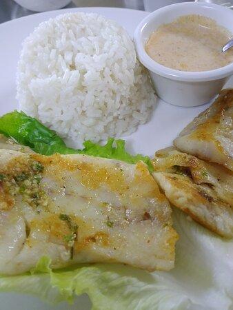Brochettes de lotte accompagnées de riz blanc et d'une bonne sauce blanche