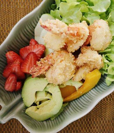 สลัดกุ้งทอดอโวคาโด Crispy Shrimp Avocado Salad