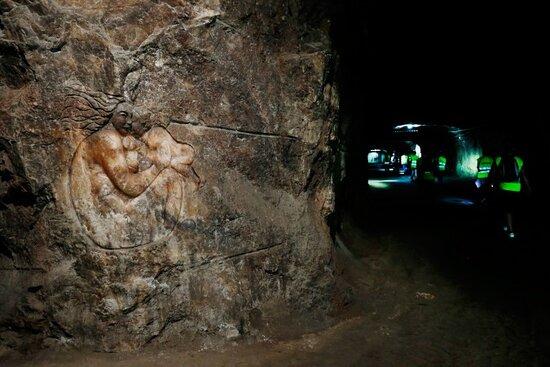 A outra surpresa é a dimensão dos corredores abertos na rocha – com mais de quatro metros de altura e cerca de dez metros de largura. E, desde que aqui se começou a minerar o sal-gema, já se abriram quase 40 quilómetros de galerias.