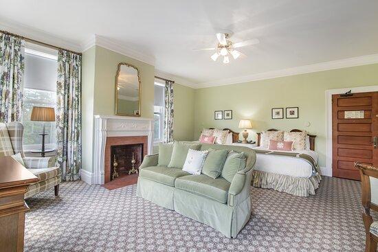 Corner Vista Queen Room