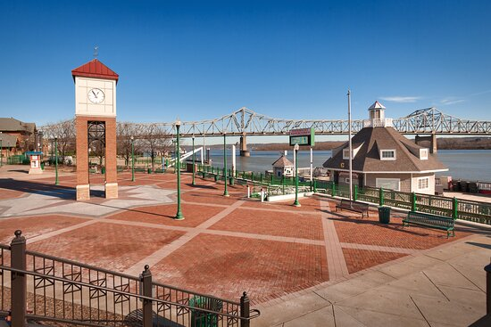 Illinois Riverfront offers great dining and better views