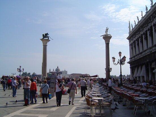 Piazetta med kolonnerna San Marco och San Teodore i Venedig