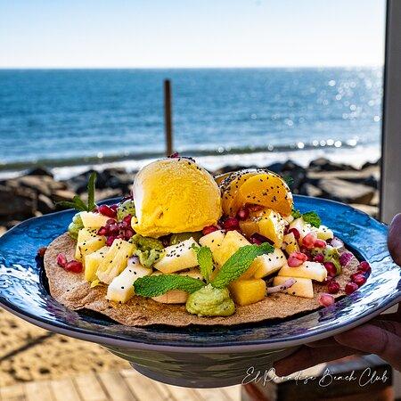 Nuestra deliciosa ensalada tropical con unas vistas únicas.