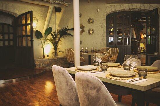 En nuestro amplio salón disfrutará del mejor ambiente.