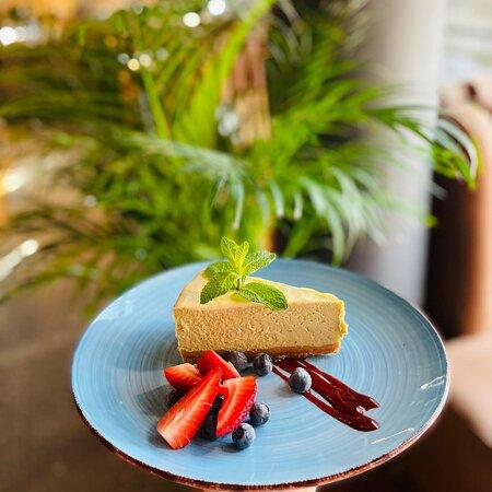 Sernik Matcha z białą czekoladą i owocami sezonowymi