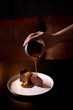 Torta densa de chocolate com calda de doce de leite
