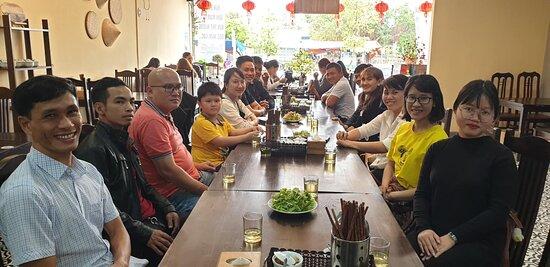 Khách đến trải nghiệm món ăn tại Hue Cuisine & Cafe