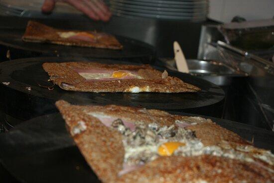 les galettes en cuisson minute à la crêperie les Gamins de la Place