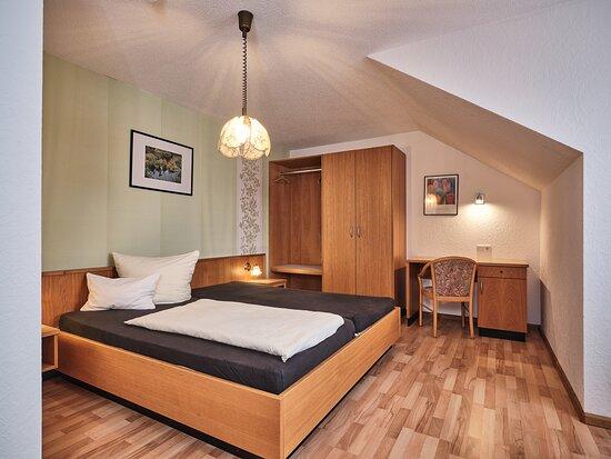 Unsere Romantik-Suite wurde im Juni 2014 frisch renoviert und umgestaltet.  In der Suite befindet sich ein Whirlpool, Smart-TV, RGB-LED-Stimmungslicht, Kaffeemaschine, usw.