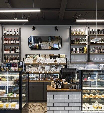 Зона булочной-магазина Бро бейкери. Свежий хлеб и выпечка собственного производства, гастрономия, десерты, вино
