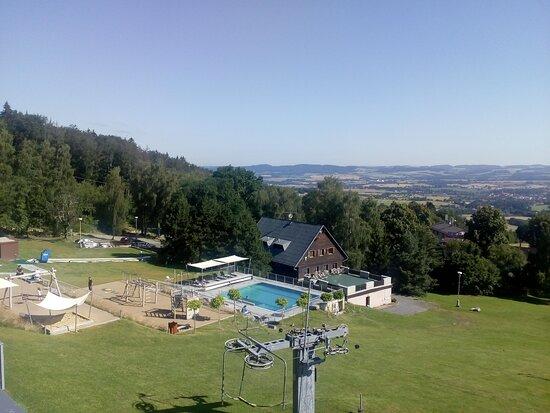 Sedlec, Czech Republic: pohled z našeho pokoje na areál s bazénem a hřištěm