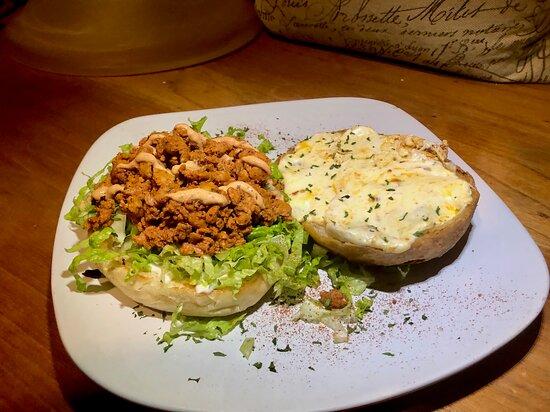 Pan con chorizo y 3 quesos