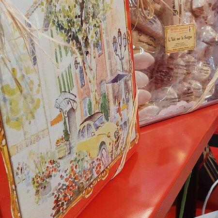 Boîte de gourmandises de Provence ,navettes,calissons,sablés,nougats au miel de lavande...