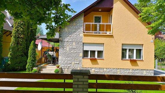 Siofok, Hungary: Szállás Siófok - Anna Vendégház a belvárosban közel a strandhoz. Teljesen önálló vendégház, más vendég és a tulajdonos nem tartózkodik az ingatlanon.