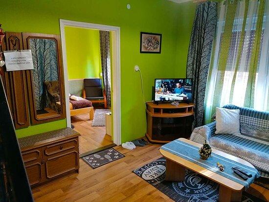 Siofok, Hungary: A siófoki Anna Ház magánszállás ideális max. 6 főrészére. A földszinten található a teljesen felszerelt konyha, nappali ülőgarnitúrával, TV-vel, Telekomos műholdvevővel, ingyenes, gyors WIFI-vel.