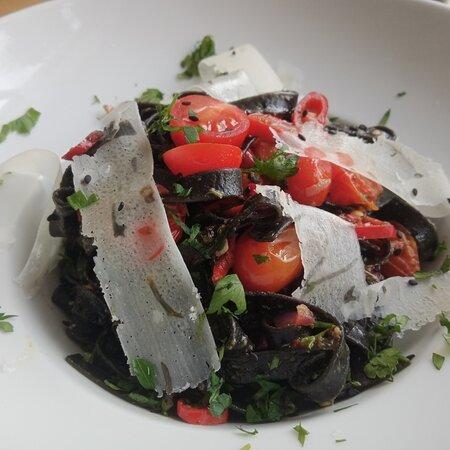 Czarny makaron z pesto i pomidorami pelati ♥️
