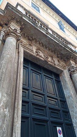 Una passeggiata per via dei Coronari e sosta in piazza San Simeone...
