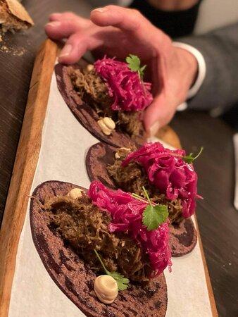 Talo taco de carrillera ibérica, cebolla encurtida y chiplote