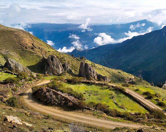 Ayacucho, Peru: Sarhua, un pueblo muy identificado con su cultura. Las tablas de Sarhua, vestimentas coloridas