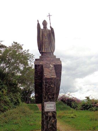 Imágenes de lideres religiosos del monumento