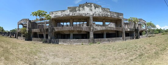 Palo Seco, Costa Rica: Ruins (an old building structure), leading into the hotel.