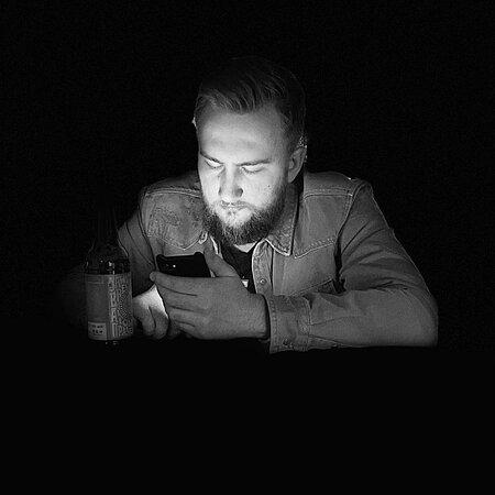 Если ты унылый, одинокий неудачник, или ваши отношения хуже попавшего в ботинки снега - приходи к нам. Будем сидеть в телефонах и докучать никому не нужными историями, на фоне недовольного, и пьяного(впрочем, как обычно) бармена.