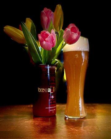 Craft Wave Bar и пивоварня Hops Brew поздравляют всех девушек с 8 марта! Праздничного весеннего настроения, счастья и любви 🌷🌹 🌺 Сегодня на кране бланш, сваренный специально к празднику!