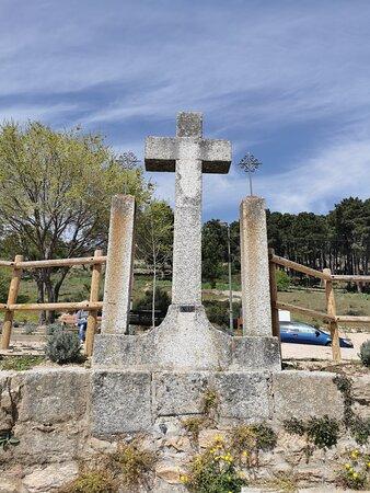 Calvario y última estación, frente a la puerta del cementerio.