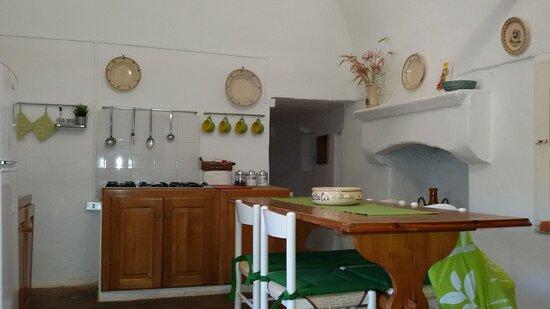 Villa Castelli, Italien: Estate nel trullo.cucina abitabile attrezzata,zona lamia