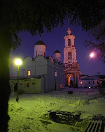 Ризоположенский монастырь поздним вечером